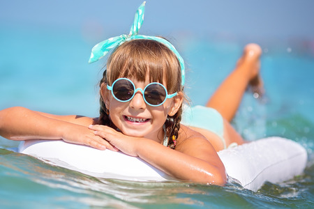 petite fille maillot de bain: Cute petite fille nage dans une mer tropicale Banque d'images