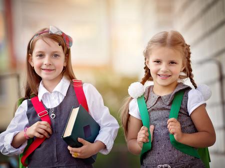diligente: Happy schoolgirls are going to school