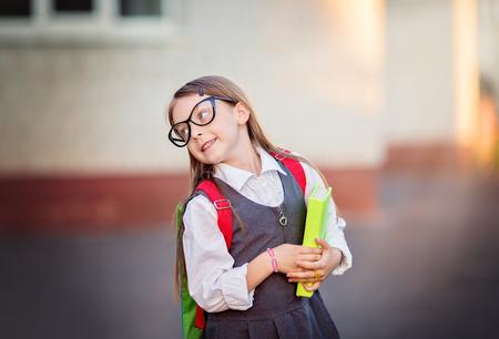niños saliendo de la escuela: Feliz colegiala va a la escuela Foto de archivo