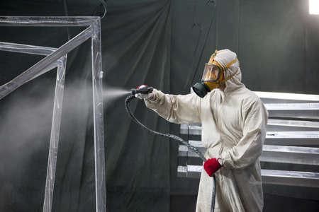 hombre pintando: pintor dise�os de pintura de metal con aer�grafo