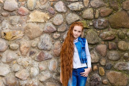 Portrait der schönen lächelnden redhead mit langen Haaren Mädchen mit Sommersprossen