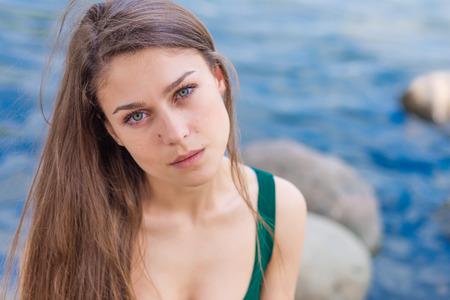 ojos verdes: retrato de una bella muchacha triste con ojos verdes al aire libre en verano