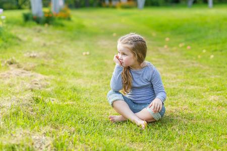niños rubios: Retrato de una muchacha linda con el pelo rubio largo en la naturaleza