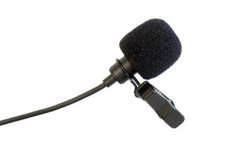 micro-cravate. isolat de microphone lavalier. gros plan du microphone. enregistrement de l'annonceur. parole humaine. vibrations sonores. moyens techniques d'enregistrement. appareil audio. isoler l'enregistrement sonore. micro sur fond blanc.