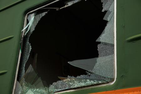 ventana rota: ventana rota en el tren Foto de archivo