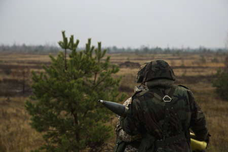 artillery shell: Los soldados pasan proyectil de artiller�a