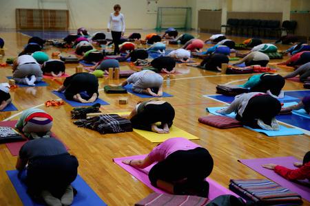 clases: clase de yoga en el gimnasio