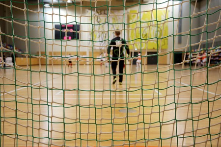 fűt�s: Futsal goalkeeper looking to the field with forward net of gate