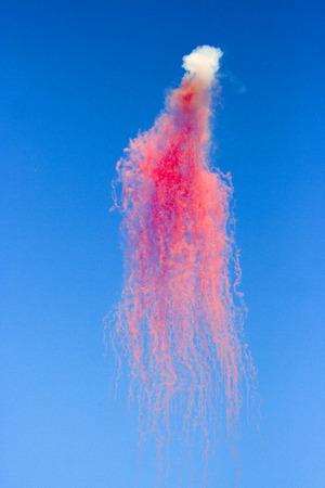 varicoloured: Resumen: varicoloured fuegos artificiales durante el d�a en el cielo azul Foto de archivo