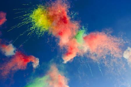 개요 : 푸른 하늘에 잡색의 낮 불꽃 놀이
