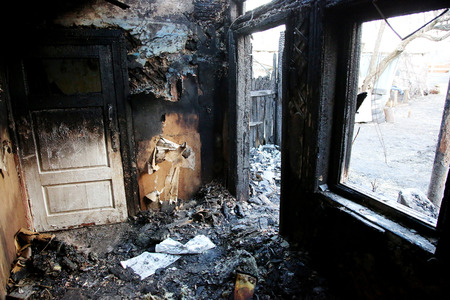 conflagration. Elements of the burned wood house Foto de archivo