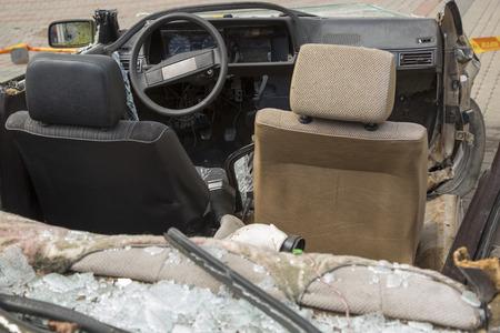 accidente transito: coche completamente destruida con vidrios rotos tras el accidente de tr�fico