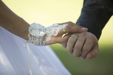 recien casados: recién casados ??tomados de la mano con los anillos Foto de archivo