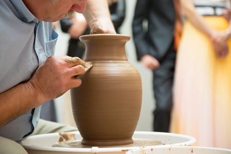 alfarero: alfarero que trabaja en la jarra de cer�mica por las manos