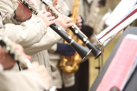 clarinet: El m�sico toca el clarinete en la orquesta al aire libre