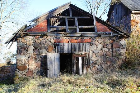 derrumbe: Edificio de piedra abandonada con el colapso del techo