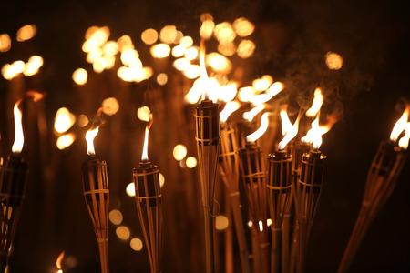 bambu: antorchas en la noche con llamas amarillas y destacados