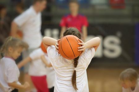 baloncesto chica: Vista posterior de la chica con pelota de baloncesto en las manos