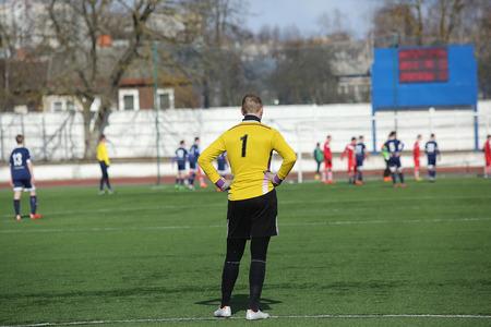 arquero futbol: Vista trasera de portero de fútbol en el maillot amarillo Foto de archivo