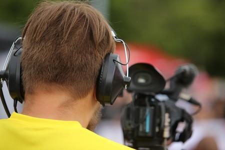 journaliste dans une rangée avec une caméra vidéo pour la télévision reportage