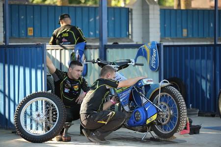 pila: DAUGAVPILS, LATVIA -June 17, 2017: Match of polish NICE league Lokomotiv - Pila. Mechanic prepare motorcycle
