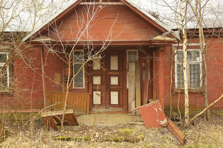abandoned wooden house from front side. Red colour Standard-Bild