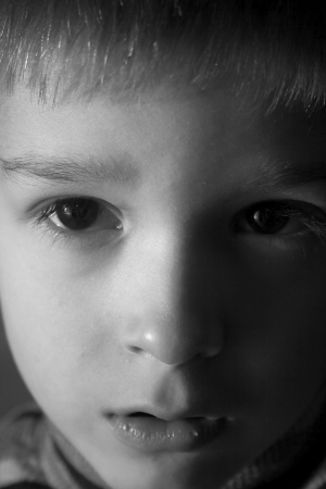 maltrato: ni�o triste en la sombra