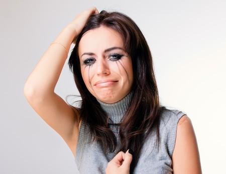 fille pleure: Femme pleurer vers le fond gris  Banque d'images