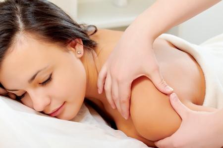 main sur l epaule: Belle jeune femme, obtenir un massage du dos