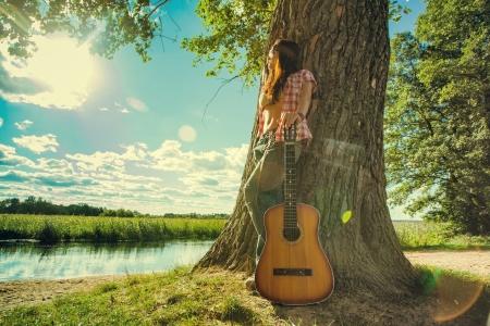 femme avec guitare: Belle fille de hippie Banque d'images