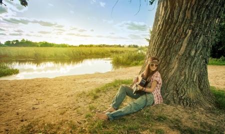 mujer hippie: Hermosa chica hippie con guitarra Foto de archivo
