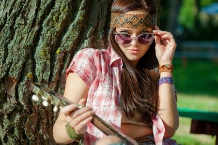 niñas jugando: Hermosa chica hippie con guitarra Foto de archivo