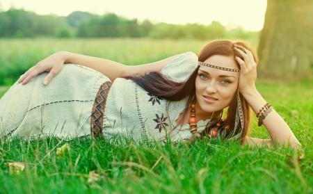 mujer hippie: Hermosa chica hippie en la hierba verde