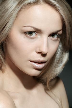 jeune fille adolescente nue: Portrait d'un beau modèle féminin sur fond sombre