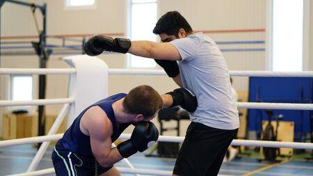 Dos boxeador amateur de boxeo en el ring en el partido de entrenamiento Foto de archivo