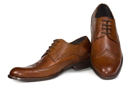 Paar elegante braune Leder Herren Schnürschuhe Schuhe mit eleganter Naht Musterung für formelle Kleidung auf weiß Standard-Bild