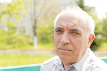 クローズ アップは公園で何かを見てシニア ハゲ男の肖像
