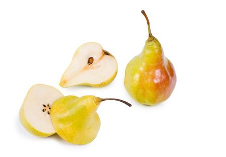 pips: Hele peren met langs-en dwarsdoorsnede helften met de sappig vruchtvlees, kern en pitten op een witte achtergrond Stockfoto