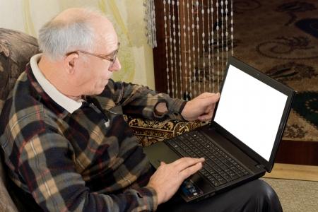 Opini�n de alto �ngulo que muestra la pantalla en blanco de un hombre mayor calvo con gafas con un ordenador port�til para navegar por la web