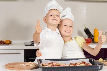 emphasising: Two Little Chef mostrando thumbs up Sottolineando buon lavoro in cottura della pizza.