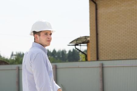 ingeniero civil: Joven Ingeniero Civil desgasta masculino Cascos Blancos visitas a Ver Avance de la Construcci�n