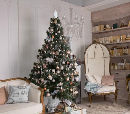 クラシックなビンテージ家具と高級なリビング ルームのインテリアで飾られたクリスマス ツリー 写真素材