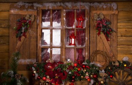 caba�a: Ventana de cristal con marcos de madera decorado con hermosas Navidad clasificada adorna Foto de archivo