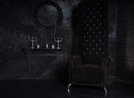 屋根付き燭台クモの巣し、高に戻る委員長の黒い不気味なハロウィーンのお化けの家設定 写真素材 - 35090997