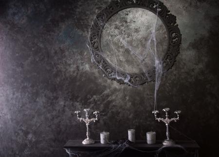 Marco redondo decorativo encima de Velas y Candelabros en Eerie Telara�a cubierto Manto de la casa encantada de Ajuste