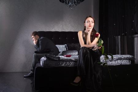 Standard Bild   Young Lovers In Formal Wear Kampf Für Etwas Beim Sitzen Im  Schlafzimmer