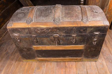 cofre del tesoro: Mirar hacia abajo en Old Dusty antiguo cofre del tesoro con hierro oxidado Acentos y llave en la cerradura en la cubierta del velero de