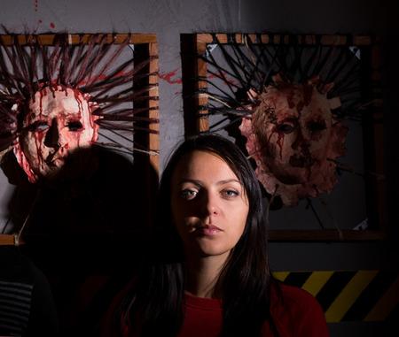 怖いハロウィーンのテーマ テロ犯罪現場の肌の顔の前で若い女性
