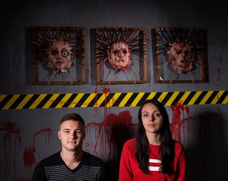 怖いハロウィーンのテーマ テロ犯罪現場の肌の顔の前でカップル