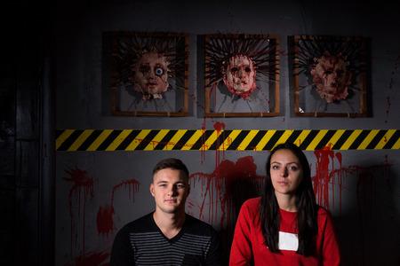 怖いハロウィーンのテーマ テロ犯罪現場の肌の顔の前で若いカップル